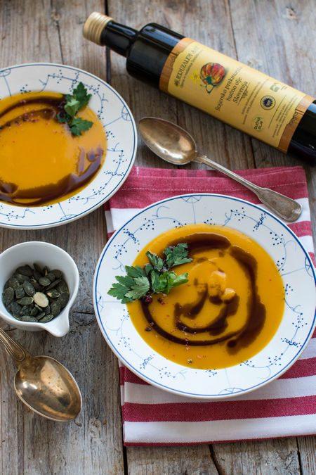 Aromatyczna zupa dyniowa z olejem z pestek dyni